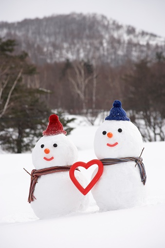 雪だるま「Snowman couple with heart shape, Yamagata Prefecture, Japan」:スマホ壁紙(8)