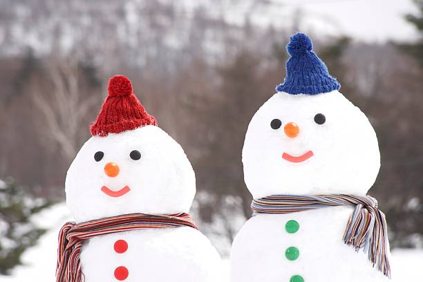 Snowman couple wearing hats and scarves:スマホ壁紙(壁紙.com)