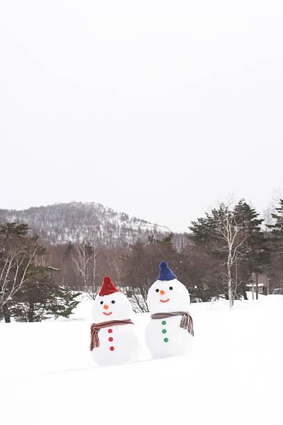 Snowman couple wearing hats and scarves:スマホ壁紙(壁紙.com)
