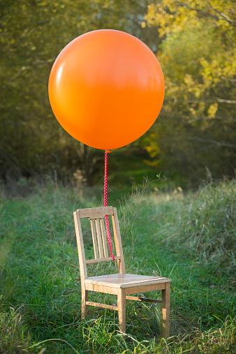 子供時代「Chair with balloon on meadow」:スマホ壁紙(15)