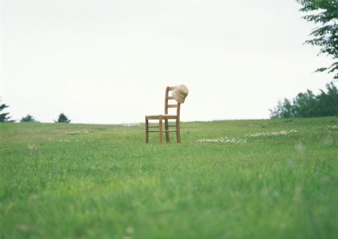 草地「Chair with hat in field」:スマホ壁紙(4)