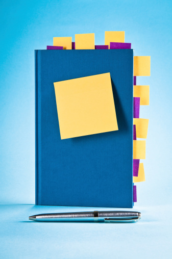 Adhesive Note「Blue notepad with yellow, purple sticky post-it notes, ballpoint pen」:スマホ壁紙(17)