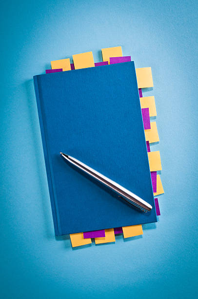 Blue notepad with yellow, purple sticky post-it notes, vignetting, studio:スマホ壁紙(壁紙.com)