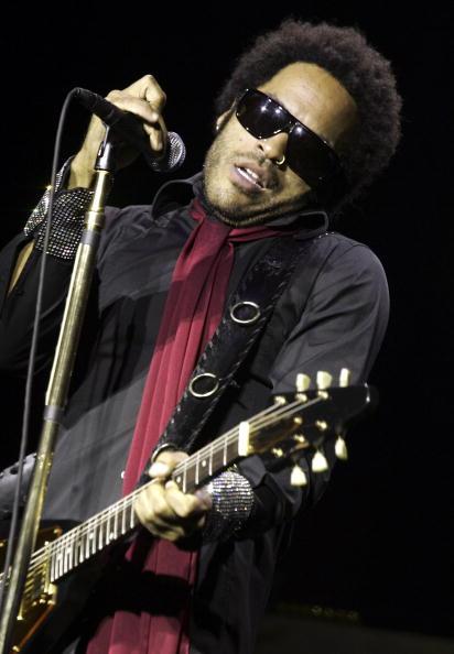 Plucking An Instrument「Lenny Kravitz Plays Brixton Academy」:写真・画像(0)[壁紙.com]