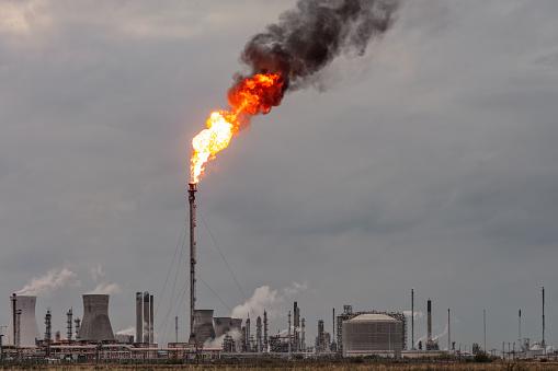 Overcast「Oil refinery flare stack」:スマホ壁紙(8)