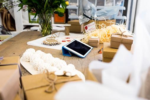 Gift「テーブルの上の小さなビジネスの所有者のデジタル タブレット」:スマホ壁紙(1)