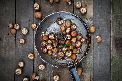 Mushroom「Crimini mushrooms with garlic and basil in pan, braised」:スマホ壁紙(16)