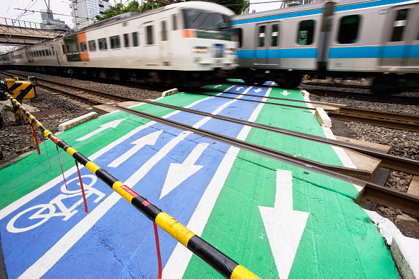 18-19 Years「Commuter trains passing over pedestrian level crossing in central Tokyo 2008」:写真・画像(10)[壁紙.com]