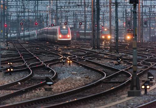 Approaching「Commuter train approaching busy railway track field at twilight」:スマホ壁紙(2)