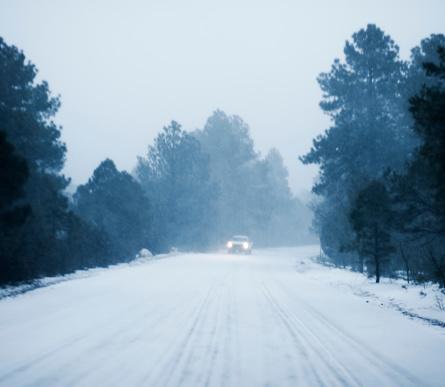吹雪「Defocused Car driving in snow along rural road」:スマホ壁紙(15)