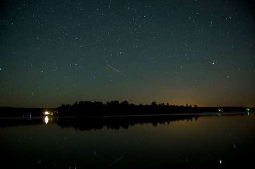 星空「Cottage on shoreline lit up at night, Lake of the Woods, Ontario, Canada」:スマホ壁紙(6)