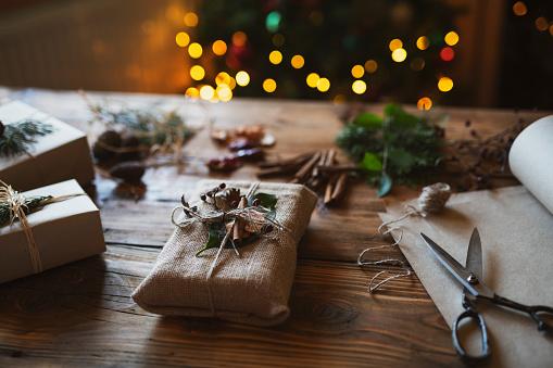 Sweater「Man Making Christmas Gifts」:スマホ壁紙(15)