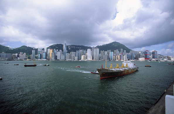 Anchored「Freighter - skyline - city of Hong kKng (quarter of Victoria) - China」:写真・画像(1)[壁紙.com]