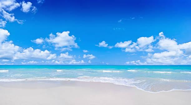 トロピカルビーチとクラウディ深いブルースカイ:スマホ壁紙(壁紙.com)
