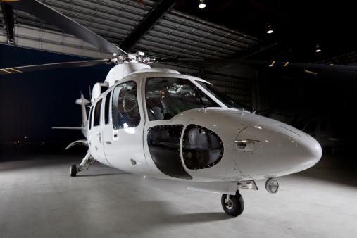Helicopter「企業のヘリコプターで飛行機格納庫」:スマホ壁紙(2)