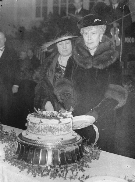 Kitchen「The English Queen Mary Of Teck (Right) With Martha Cunningham Cutting The Christmas Cake. Buckingham Palace. 19Th December 1935. Photograph.」:写真・画像(12)[壁紙.com]