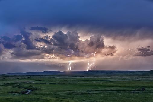 雷「Storm with lightning over the Frenchman River Valley, Grasslands National Park」:スマホ壁紙(18)