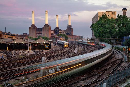 Wandsworth「UK, London, View of railroad tracks, trains and Battersea Power Station」:スマホ壁紙(19)
