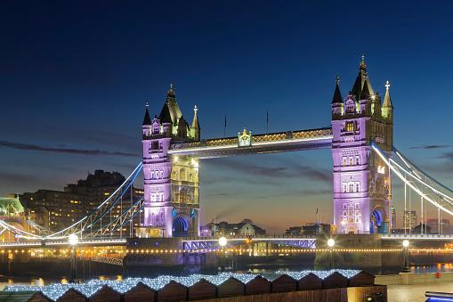 London Bridge - England「UK, London, view to illuminated Tower Bridge at dusk」:スマホ壁紙(4)