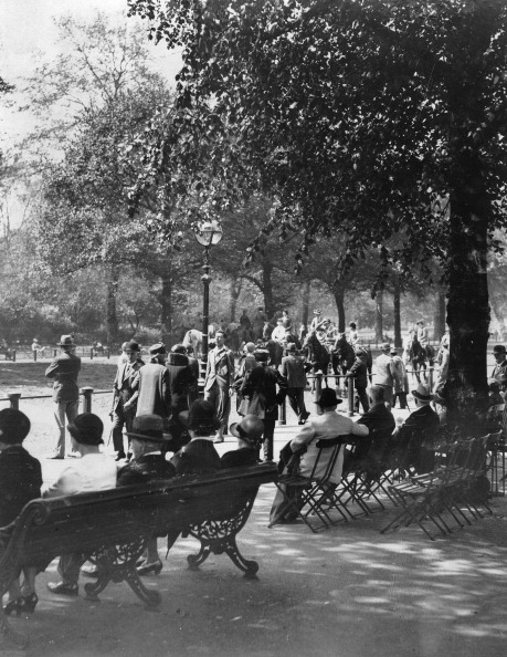 Bench「People Sit And Walk In A Park. 21Th May 1932. Photograph.」:写真・画像(5)[壁紙.com]