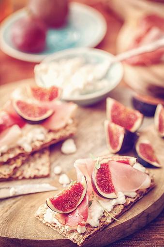 Fig「クリスプブレッド、セラーノハム、カッテージチーズ、イチジク」:スマホ壁紙(6)