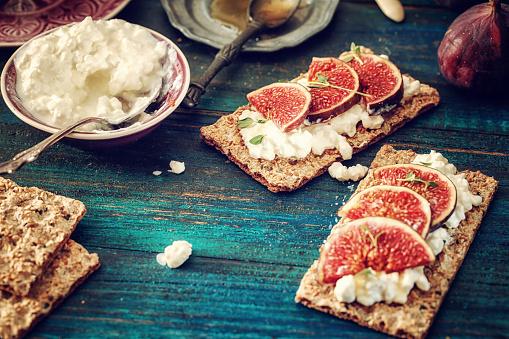 イチジク「クリスプブレッド、セラーノハム、カッテージチーズ、イチジク」:スマホ壁紙(11)