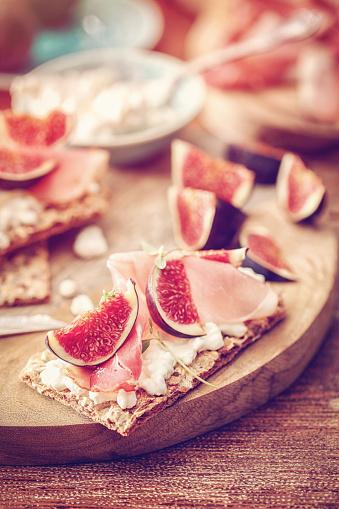 Fig「クリスプブレッド、セラーノハム、カッテージチーズ、イチジク」:スマホ壁紙(11)
