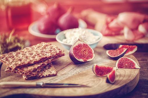 Fig「クリスプブレッド、セラーノハム、カッテージチーズ、イチジク」:スマホ壁紙(9)