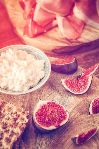 Fig「クリスプブレッド、セラーノハム、カッテージチーズ、イチジク」:スマホ壁紙(10)