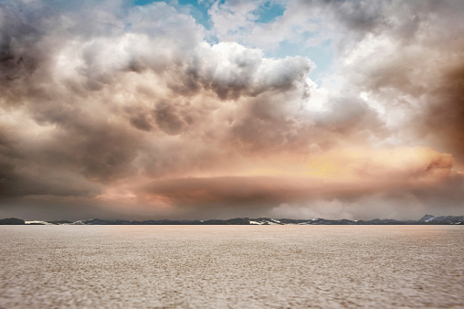 Salt Lake「salt flat landscape with stormy sky and mountains」:スマホ壁紙(9)