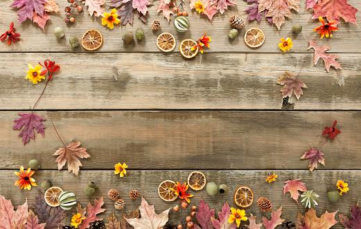 Maple Leaf「Autumn background on wood」:スマホ壁紙(10)