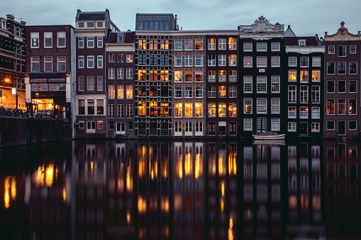 Amsterdam「Amsterdam houses reflections at night on the water of the canal」:スマホ壁紙(10)