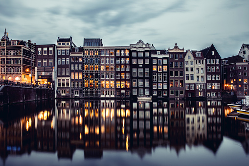 Amsterdam「Amsterdam houses reflections at night on the water of the canal」:スマホ壁紙(4)