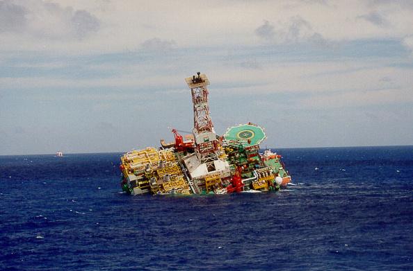 Latin America「Worlds Largest Offshore Oil Rig Sinks off Brazil」:写真・画像(7)[壁紙.com]
