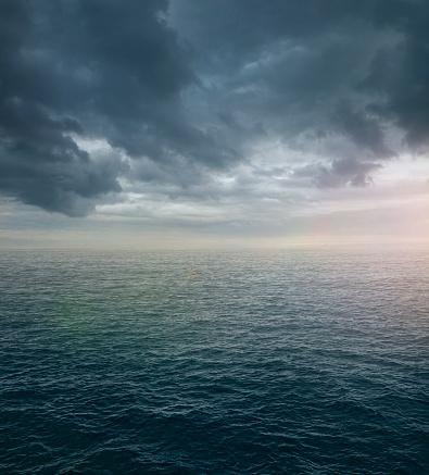 Moody Sky「Ocean sea with dramatic clouds」:スマホ壁紙(4)