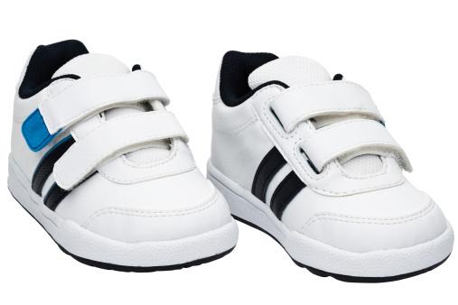ペア「Child's blue and white sneakers」:スマホ壁紙(8)