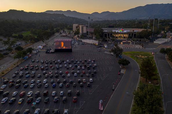 胸を打つ「Rose Bowl Hosts Drive-In Movie Theater To Replace Canceled Fourth Of July Fireworks」:写真・画像(4)[壁紙.com]