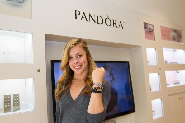 Ashley Wagner「Ashley Wagner visits Hillsdale PANDORA Store」:写真・画像(2)[壁紙.com]
