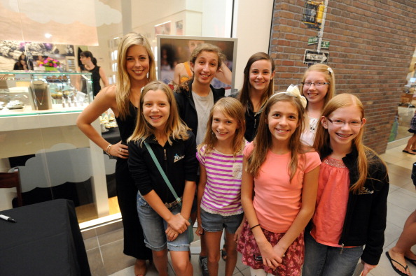 Ashley Wagner「Ashley Wagner Visits Fashion Place PANDORA Store」:写真・画像(19)[壁紙.com]
