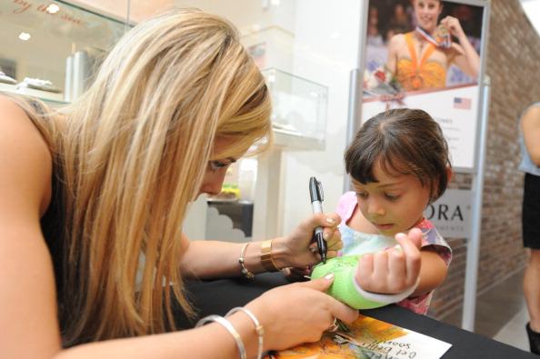Ashley Wagner「Ashley Wagner Visits Fashion Place PANDORA Store」:写真・画像(13)[壁紙.com]