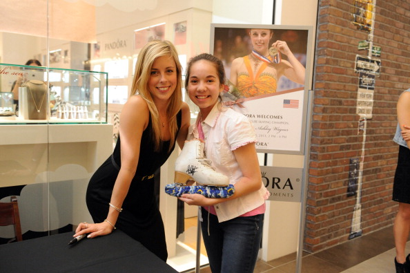 Ashley Wagner「Ashley Wagner Visits Fashion Place PANDORA Store」:写真・画像(3)[壁紙.com]