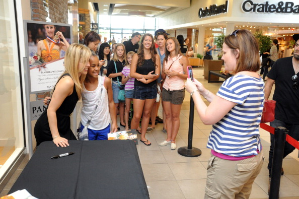 Ashley Wagner「Ashley Wagner Visits Fashion Place PANDORA Store」:写真・画像(14)[壁紙.com]