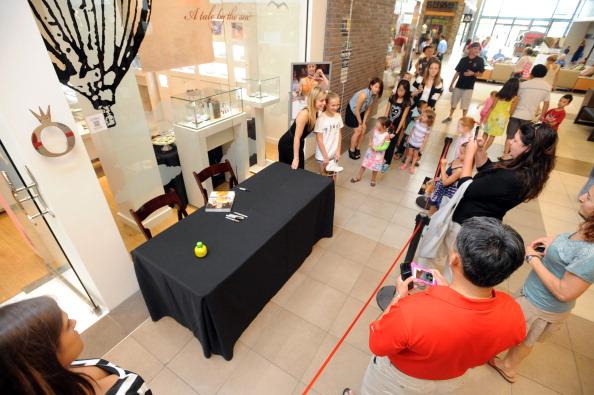 Ashley Wagner「Ashley Wagner Visits Fashion Place PANDORA Store」:写真・画像(12)[壁紙.com]