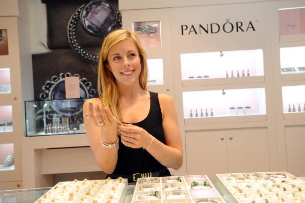 Ashley Wagner「Ashley Wagner Visits Fashion Place PANDORA Store」:写真・画像(16)[壁紙.com]