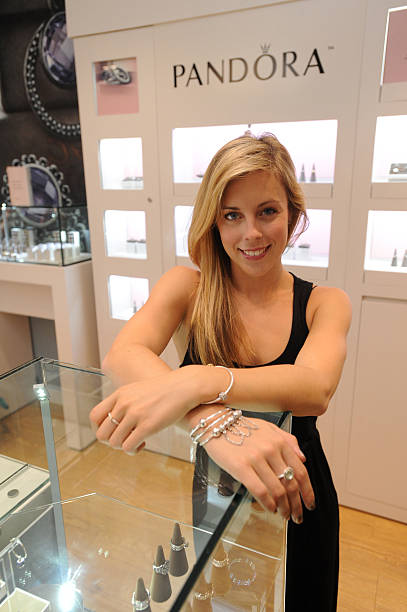 Ashley Wagner Visits Fashion Place PANDORA Store:ニュース(壁紙.com)