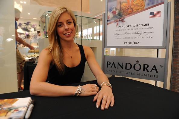 Ashley Wagner「Ashley Wagner Visits Fashion Place PANDORA Store」:写真・画像(19)[壁紙.com]