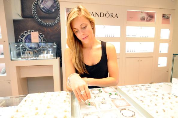 Ashley Wagner「Ashley Wagner Visits Fashion Place PANDORA Store」:写真・画像(17)[壁紙.com]