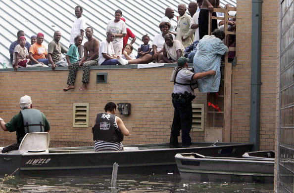 Rooftop「Gulf Coast Begins Cleanup In Katrina's Aftermath」:写真・画像(11)[壁紙.com]