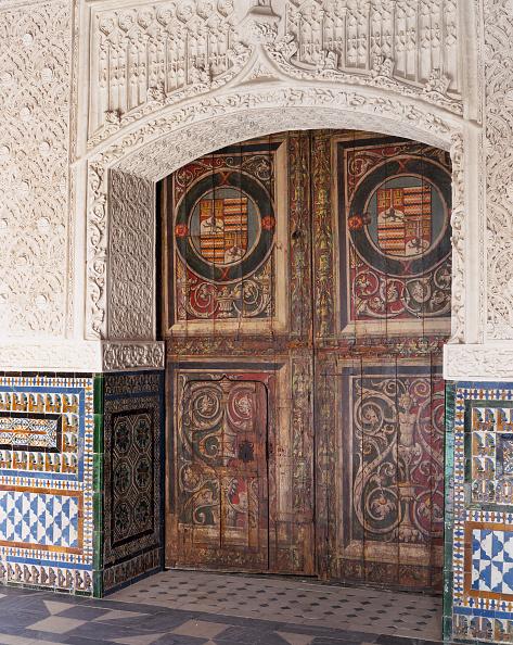 Tiled Floor「Artistic carving on old wooden door」:写真・画像(5)[壁紙.com]