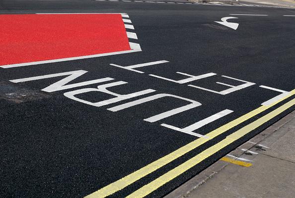 Dividing Line - Road Marking「Road markings and coloured asphalt bus lane, Ipswich, United Kingdom」:写真・画像(4)[壁紙.com]